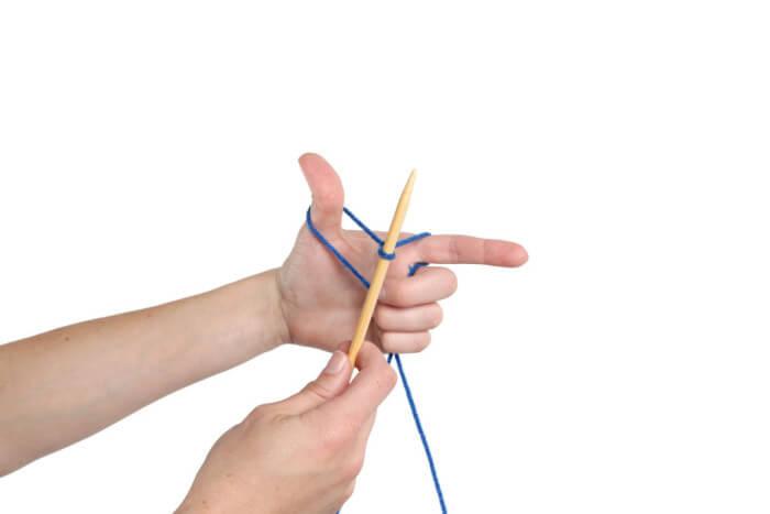 Фиксация нитей мизинцем и безымянным пальцем