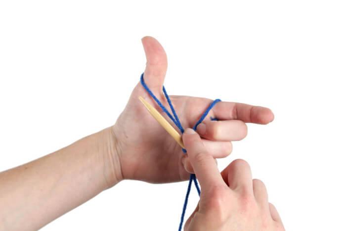 Удерживание спицы поверх нитей