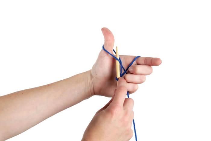 Поддевание нити, обернутой вокруг большого пальца