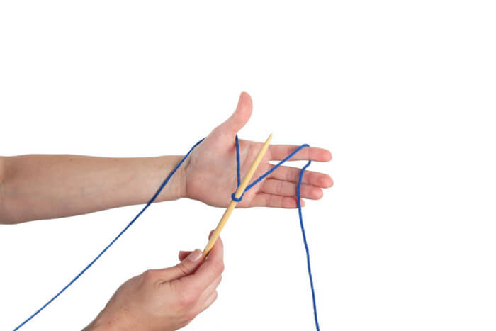 Расположение спицы между пальцами